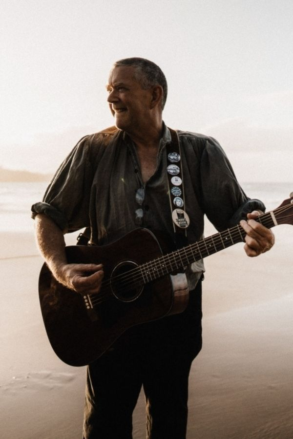Alan Knight is the main contact for Gráinneog, Waiheke's finest folk band. The band is for hire for Waiheke weddings, and any other general entertainment around Waiheke and Auckland. Ceilidh weddings and get togethers are something a little different and huge fun for guests.